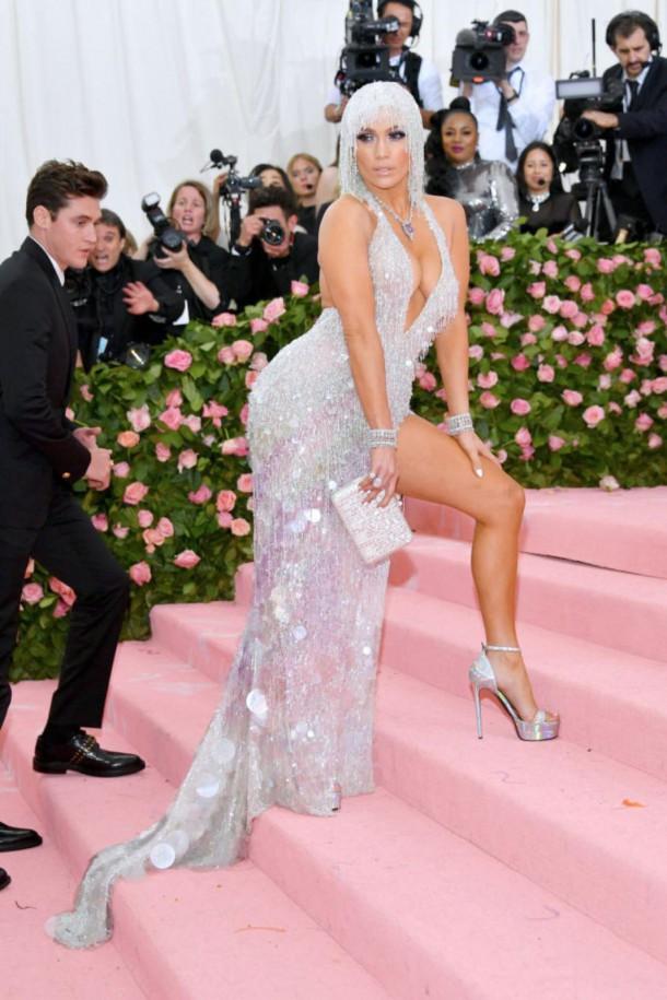 05 StajlSK Met Gala2019 Kendall Jenner Jennifer Lopez 610x915 Kto zažiaril a kto práve naopak? Outfity Met Gala 2019