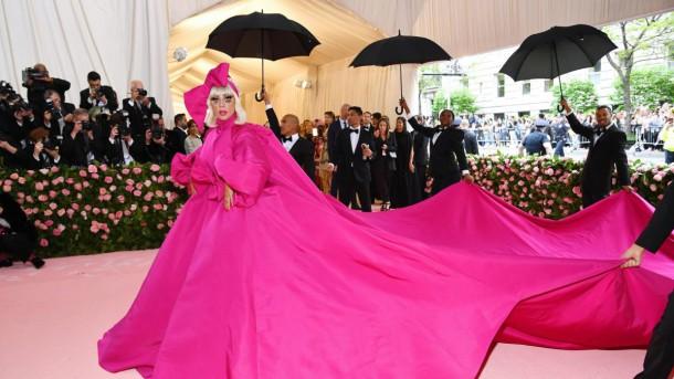 05 StajlSK Met Gala2019 Lady Gaga title 610x343 Kto zažiaril a kto práve naopak? Outfity Met Gala 2019